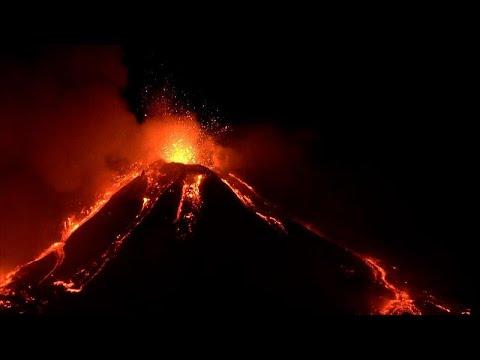 Ночное извержение вулкана Этна