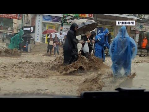 Людей и машины смывает потоками с улиц Ялты