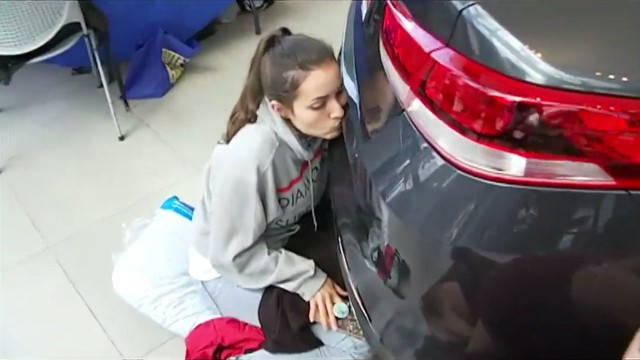 Девушка целовала машину более 50 часов