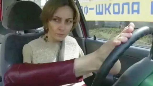 Женщина без рук водит машину