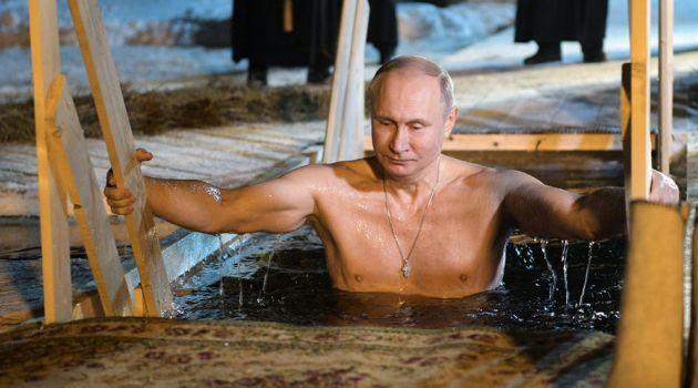 Владимир Путин окунулся в иордань на озере Селигер (видео)
