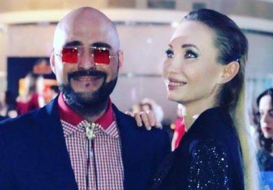 Девушка рукой ублажила друга на модном показе в Москве (видео)