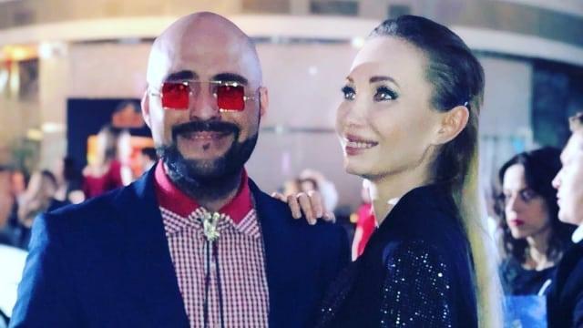Юлия Берг рукой ублажила друга на модном показе в Москве