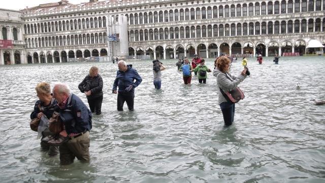 Туристы на площади Святого Марка в Венеции, 29 октября 2018 года