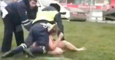 На Рублевке полицейские задержали голую автоледи (видео)