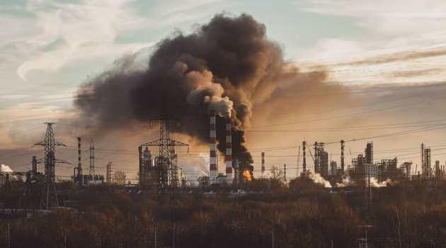 В Капотне загорелся нефтеперерабатывающий завод (видео)