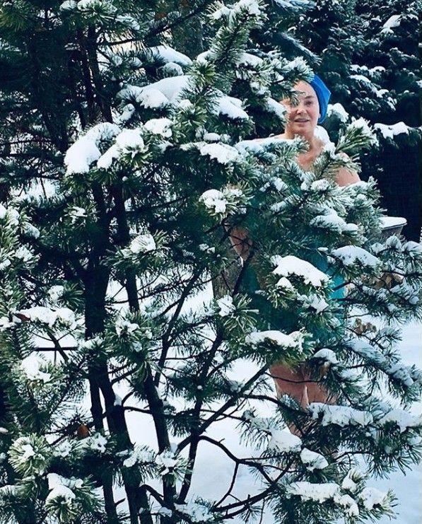 Голая Лариса Гузеева вышла на снег