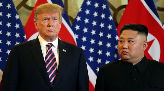 Президент США Дональд Трамп и лидер КНДР Ким Чен Ын Во время встречи в Ханое, Вьетнам