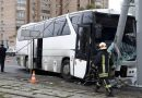 Автобус с китайскими туристами врезался в столб (видео)