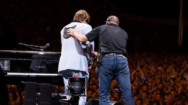 Элтон Джон потерял голос во время концерта в Новой Зеландии