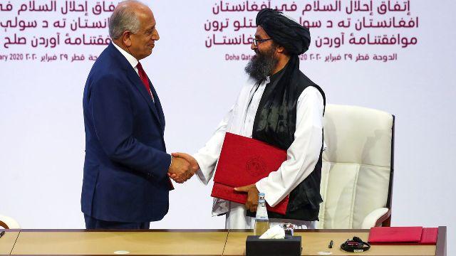 Американский спецпредставитель по Афганистану Залмай Халилзад и заместитель лидера «Талибана» Абдулла Гани Барадар