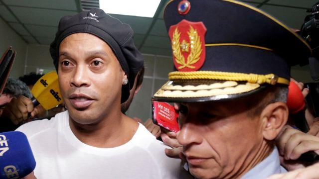 Роналдиньо арестовали в Парагвае