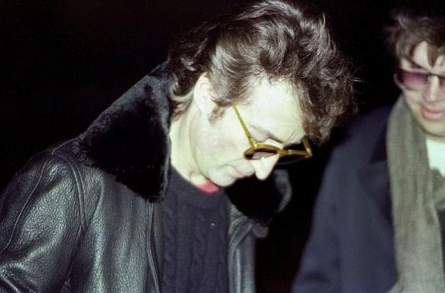Джон Леннон дает Марку Чапмену автограф