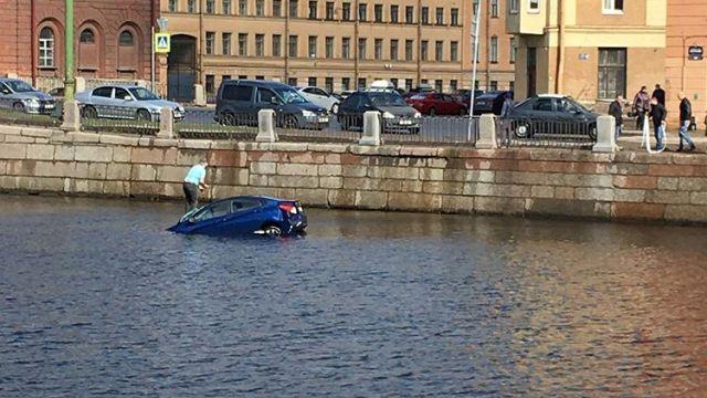 Автомобиль упал в Фонтанку в Петербурге