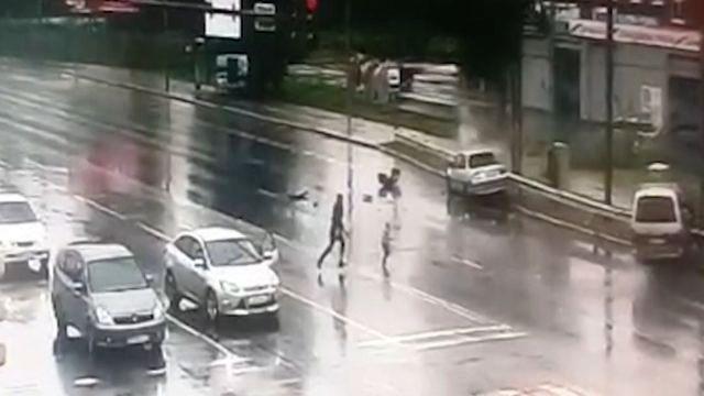Полицейский спас ребенка