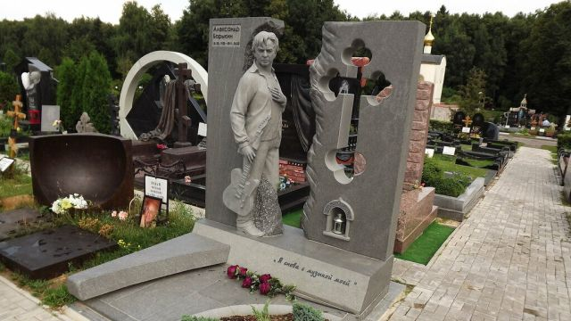 Памятник Александру Барыкину на Троекуровском кладбище