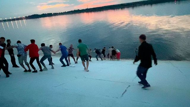 Прохожие выстроились в живую цепь для спасения утопающей в Перми