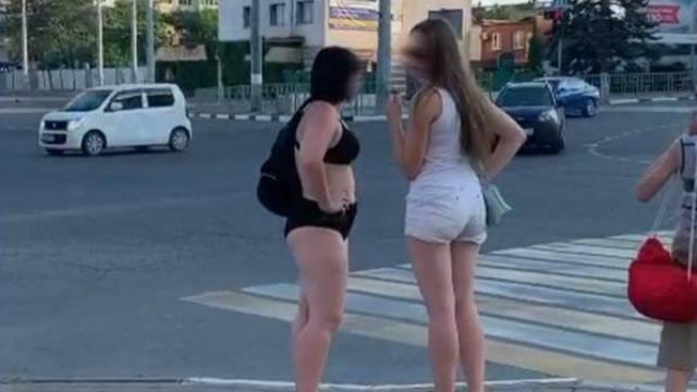 Туристки в бикини в Новороссийске