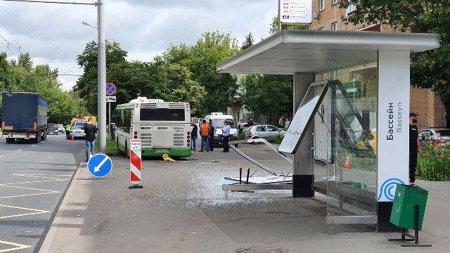 Автобус раздавил остановку в Москве