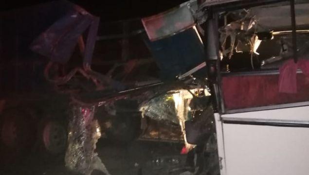 Три человека погибли после столкновения автобуса и КамАЗа
