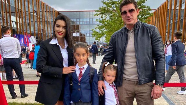 Ксения Бородина с мужем Курбаном Омаровым и дочерьми Марусей и Теоной