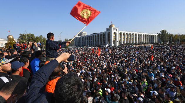 Участники акции протеста в Бишкеке, 5 октября 2020 года