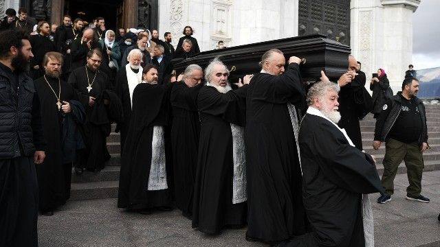 Дмитрия Смирнова похоронили за алтарем храма