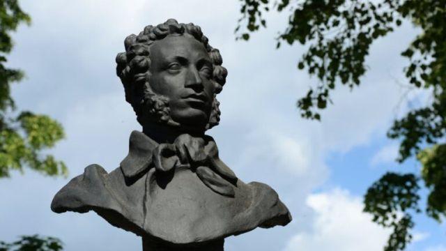 Памятник писателю и поэту Александру Сергеевичу Пушкину