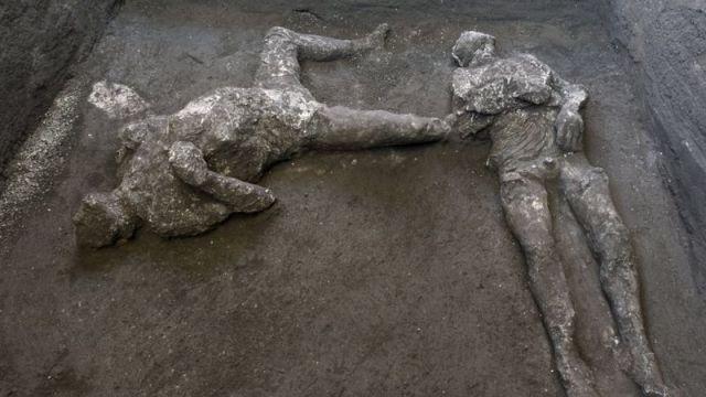 Тела двух жертв извержения Везувия