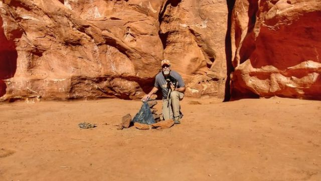 Металлический обелиск в пустыне штата Юта