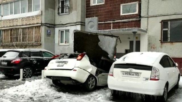 Плита упала на припаркованный автомобиль во Владивостоке