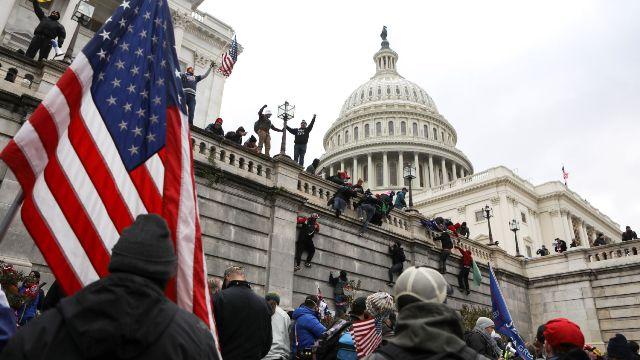 Сторонники Трампа взяли штурмом Капитолий