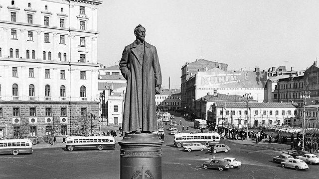 Памятник Дзержинскому попросили вернуть на Лубянской площади в Москве