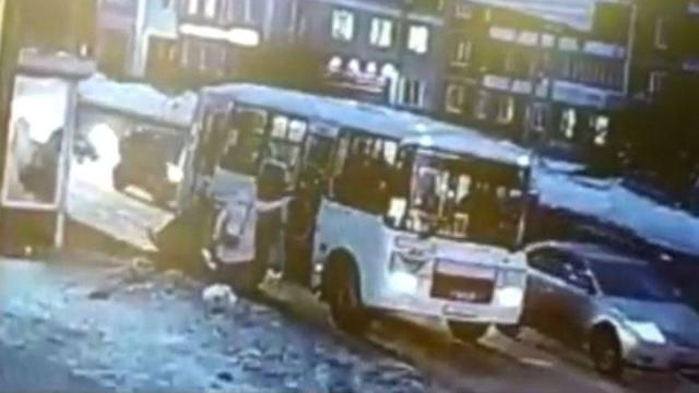 Школьница упала под колеса автобуса в Томске