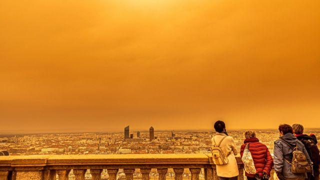 На Европу обрушилась мощная песчаная буря