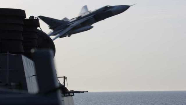 Су-24 пролетел возле американского эсминца