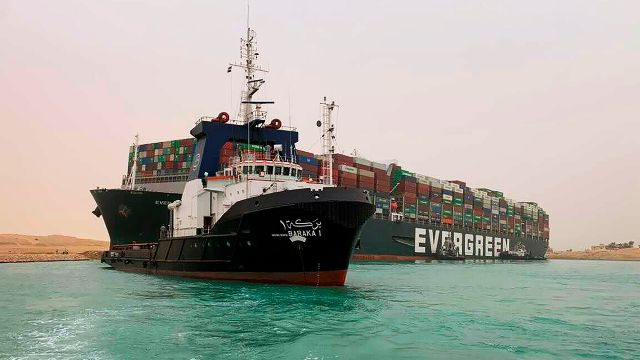 Судно-контейнеровоз Ever Given заблокировало движение в Суэцком канале