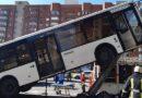 Автобус врезался в фонарный столб в Петербурге (видео)