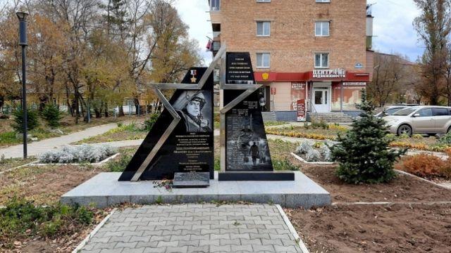 Девочки осквернили памятник погибшему в Сирии Олегу Пешкову