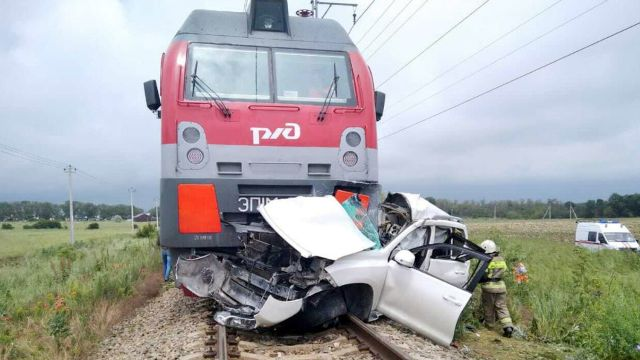 Поезд раздавил автомобиль с людьми под Анапой