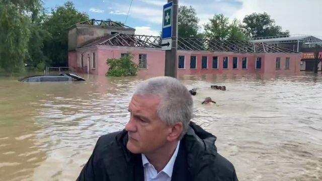 Спасатели устроили заплыв за лодкой Аксенова в Керчи
