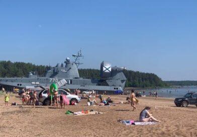 Десантный корабль «припарковался» на пляже под Выборгом (видео)