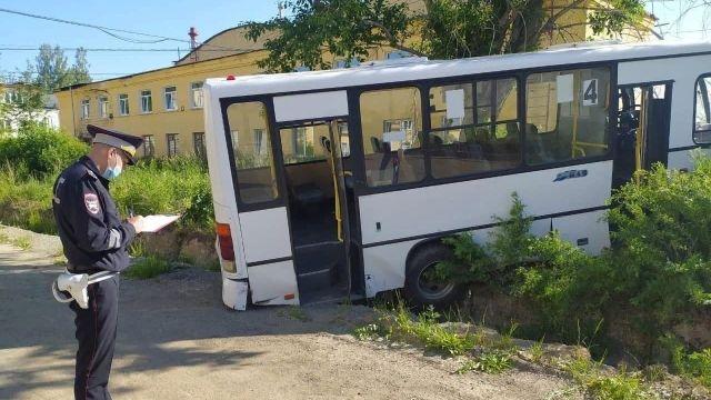 В Свердловской области автобус наехал на остановку