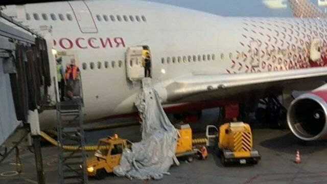 Пассажир открыл аварийный люк самолета из-за жары