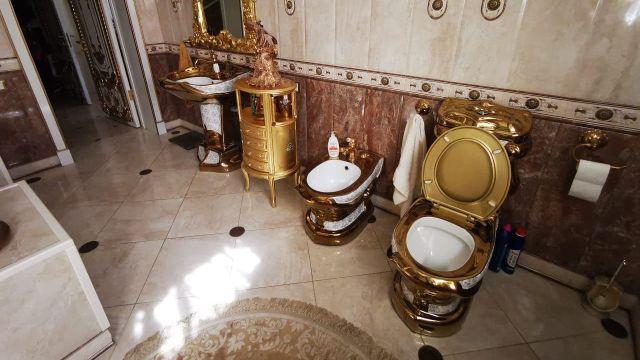У задержанного главы управленияГИБДДСтавропольского края Алексея Сафонова нашли роскошный особняк с золотым унитазом