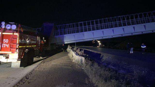 Пешеходный переход рухнул на автотрассу в Пермском крае