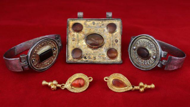 Коллекцию древних украшений нашли под Симферополем