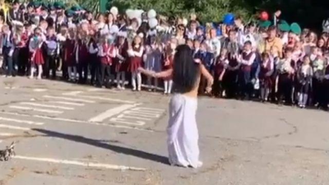 Учительница исполнила танец живота на школьной линейке в Хабаровске
